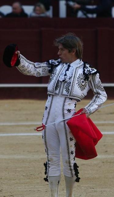 el cordobes vistiendo el traje picassiano